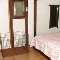 *離れ山荘タイプ/お部屋にはゲージの他、ペット用アメニティが設置されております。