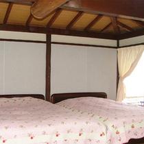*離れ山荘タイプ/ベッドルーム。窓の外にはデッキテラスとオーシャンビュー!