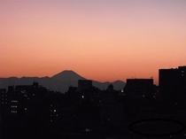 夕方のほんの一瞬!赤く染まった絶妙の富士山が見られることがあります。