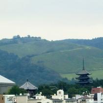 客室から眺める若草山の風景