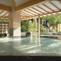 朝日射し込み輝きを増す『水心鏡・満月風呂』アネックス館ご宿泊のお客様も無料でご利用可能。