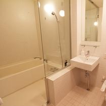 *3ベッドルームデラックスまたはプレミアム室内一例/バスタブ付のバスルーム。