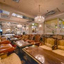 *カラオケラウンジ/シャンデリアにふかふかのソファが並ぶ豪華な空間。ごゆっくりお寛ぎ下さい。