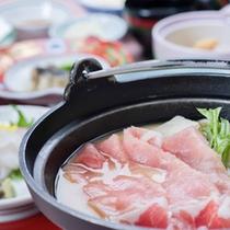 *お夕食一例(鍋物)/豚肉にたっぷりのお野菜が入ったお鍋。体の芯まで温まります。