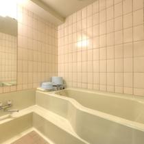 *和室8畳川側(客室一例)/ゆったり広々としたバスルームを完備。源泉の温泉を引いています!