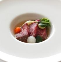 【厳選食材「山形牛」】上質なランプ肉のグリルにコンソメスープを注ぎ、野菜をあしらえて