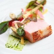 【スペシャリテ「米の娘豚の真空調理」】日本一になった上質な豚肉を使用。豚肉の概念を覆す一品をご賞味