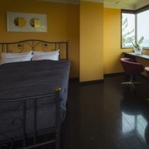 【贅沢なクイーンサイズのベッドで寛ぐデザイナーズダブル】窓からは日本海と、晴天時は鳥海山を一望