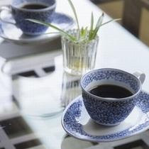 【客室ドリンク】コーヒーや紅茶のパックをご用意しております(セルフサービス)