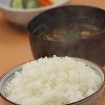 □富山県産コシヒカリ100%と熱々お味噌汁