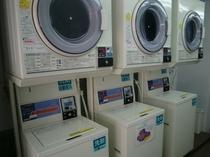 コインランドリー「長期滞在の方に最適。洗剤も自動のため不要」