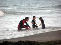 親子の海での水遊び
