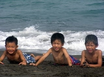 海で遊ぶ子供達