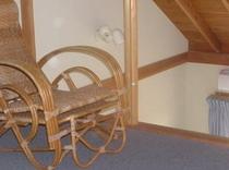 ロフトにある藤の椅子