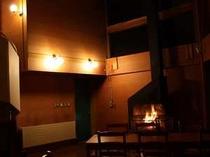 暖炉の火を眺めながらのディナー