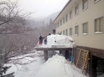 正面屋根除雪作業