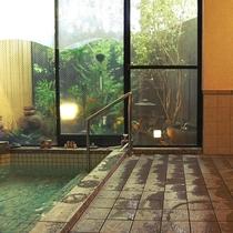 坪庭を眺める温泉浴場