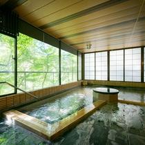 窓が絵になる開放的な大浴場