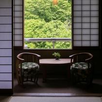 10畳広縁付 新和風客室 窓から見える景色とBC工房製当館こだわりの家具に癒されます10畳広縁付 新