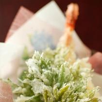 ご朝食には山菜を使った天ぷらを板前が振舞います。