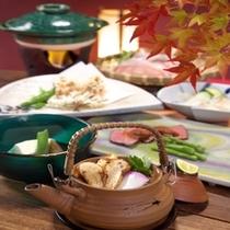 【料理 一例(秋)】 お食事は周りに気兼ねする事なく、お部屋でごゆっくりとお召し上がり下さい。