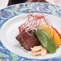 *【夕食(一例イメージ)】やわらか~いお肉を自家栽培の米とともにお召し上がり下さい♪