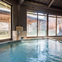 *【風呂(白梅の湯B内湯)】窓の外から自然を眺めながらゆっくりとお寛ぎいただけます。