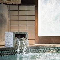 *【風呂(白梅の湯A内湯)】自家源泉で豊富な湯量が自慢の内湯。