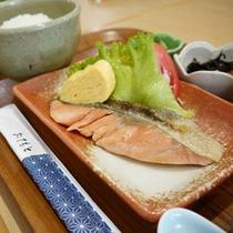 朝食:(焼き魚朝食サケ・サバに変更可能)