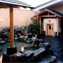 当ホテル正面『極楽湯』さんの露天風呂です。ホテル大浴場とあわせてご利用になられる方が多いです。