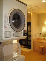 大浴場にはコインランドリーを完備。洗剤はフロントにて販売しております!