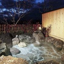 星空を眺めながら天然温泉につかる。