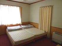 宿泊館ツインルーム室内