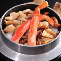<蟹と茸の釜飯>蟹と茸をたっぷり加え、目の前でグツグツ直火で炊き上げます。