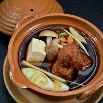 【鶉(うずら)つみれ小鍋仕立て】鶉と、信州産きのこの旨味がとけこんだ滋味あふれる出汁は絶品です