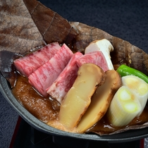【黒毛和牛と松茸 朴葉焼き】朴葉の香が山里の風情を醸し出す、山ならではのお料理