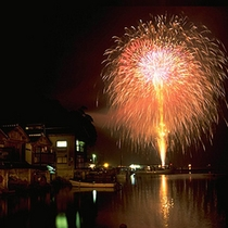 舟屋の街並みをきれいに照らす伊根花火