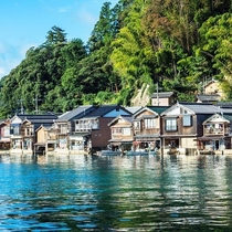 伊根の舟屋『海に浮かぶ舟屋の心地よさ』~家か?漁場か?窓の下は旬~