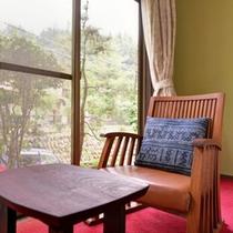 *和室6畳トイレ付(客室一例)/窓辺の椅子に腰かけて、旅情に浸るひと時をお過ごし下さい。