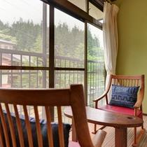 *和室10畳(客室一例)/窓際の椅子に腰かけて、四季折々に違う表情を見せる景観をご堪能下さい。