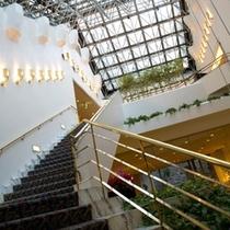 ◆2階宴会場への階段◆1階玄関を入った目の前