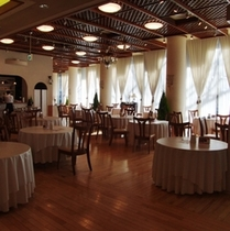 温かな光の差し込む1階レストラン「スウィートポール」朝食、ランチ会場です