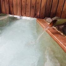 *大浴場/温泉のお湯は源泉かけ流し。湯温は約40℃。しっかりと温まれます。
