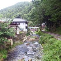 *周辺景色/霊泉寺川沿いに建つ当館。豊かな山々は、季節により違った表情を楽しませてくれます。