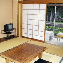 *客室一例/霊泉寺川に面した純和風のお部屋。窓側の広縁もあり、ゆったりとお過ごし頂けます。