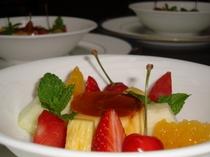 わが家のプリンと季節のフルーツ盛り合わせ(ある日のデザートより)