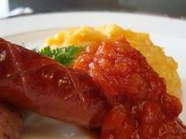 朝食一例「スクランブルエッグ グリルソーセージ添え」