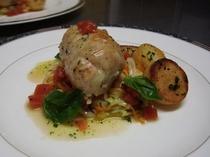 (夕食)地鶏胸肉と手長海老の網脂包み 春野菜添え