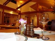 ダイニングルーム(禁煙)「木を多く使い、高く取った天井が解放感を高める。