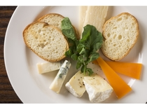 【亜欧旬感グリル夜光杯】 4種類のチーズ盛り合わせ